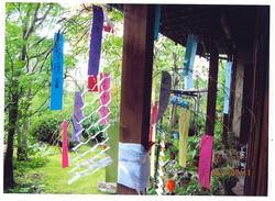 我家の庭の竹につるした孫たちの七夕飾り.JPG