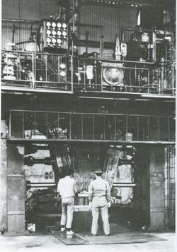 油圧バンパー成形機.jpg